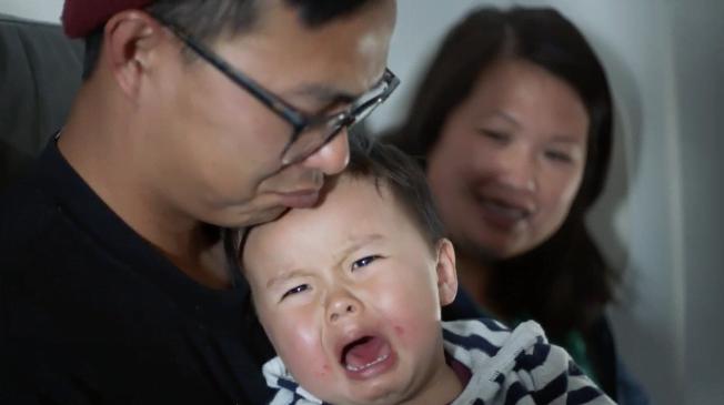 Khi có trẻ em khóc trên máy bay...